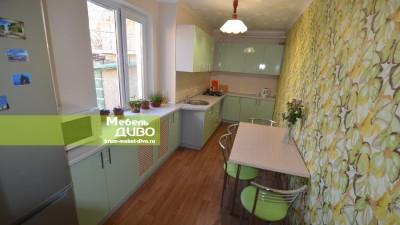 Кухня сплёночными фасадами оливкового цвета