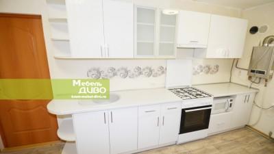 Кухня белая сузором нафасадах