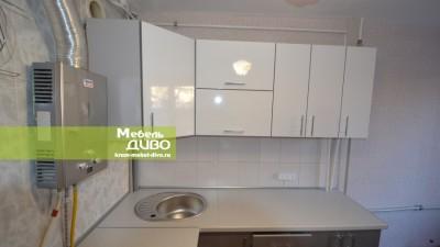 Белая кухня сфасадами валюминиевом профиле