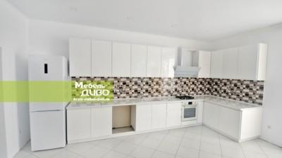 Кухня белая скрашеными фасадами без ручек