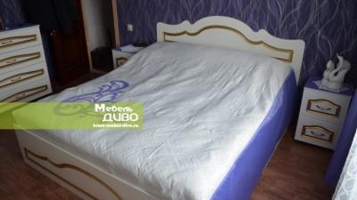 Белая спальня спатинированными фасадами